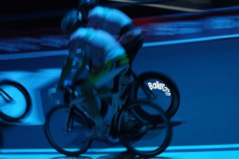Beim Auftakt präsentierte Marcel Barth stolz sein neues Hinterrad. «BallerBarth» erleuchtet jetzt das Velodrom. (Foto: Berliner Sixdays)