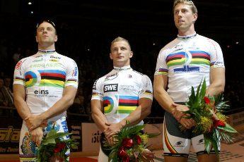 René Enders, Maximilian Levy und Stefan Nimke erhielten in einer würdigen Siegerzeremonie die Regenbogentrikots für den nachträglich zuerkannten Teamsprint-WM-Titel 2011. (Foto: Berliner Sixdays)