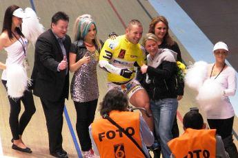 Claudia Pechstein gratuliert Robert Förstemann zum Sieg beim Rundenrekordfahren und neuem Bahnrekord. (Foto: ff)
